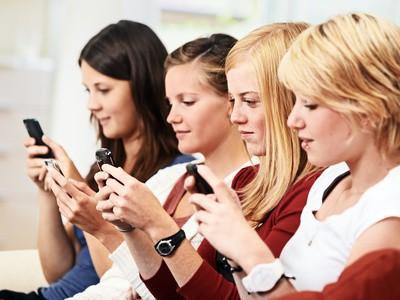 4 Mädchen mit Smartphone